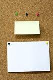 примечания памятки пустого corkboard пустые Стоковое Фото