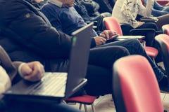 Примечания сочинительства студента во время встречи конференции стоковое фото