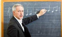 Примечания сочинительства учителя музыки на классн классном стоковое изображение rf