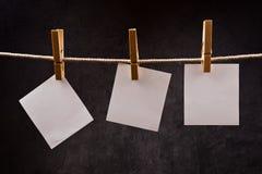 3 примечания чистого листа бумаги вися на веревочке с штырями одежд Стоковое Изображение RF