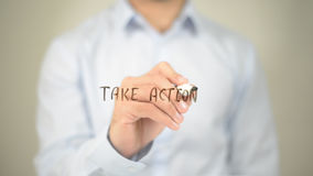 Примите действие, сочинительство человека на прозрачном экране Стоковое фото RF