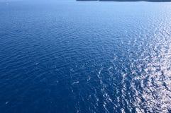 Примите для хранителей экрана залива фото острова Santorini от открытых морей Ландшафты, круизы, перемещение стоковое фото rf