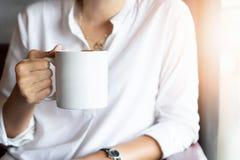 Примите концепцию перерыва Чашка кофе удерживания руки стоковые фото