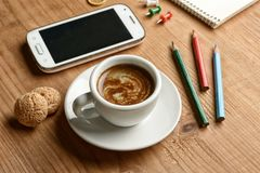 Примите пролом кофе в ходе работы стоковое фото