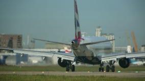 Примите - реактивный самолет снимает вниз взлётно-посадочная дорожка на полной тяге акции видеоматериалы