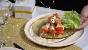 Примите таблицу с плитой kebabs Slowmo сток-видео