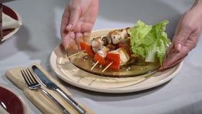 Примите таблицу с плитой kebabs Slowmo акции видеоматериалы