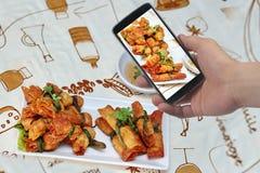 Примите фото блюдо зажаренного китайским свинины листа семенить обручем к доле Селективный фокус Стоковые Фото