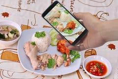 Примите фото блюдо, который текут маслообразного риса цыпленка к доле Селективный фокус Стоковые Изображения RF