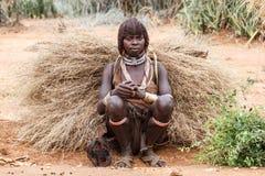 Примитивная дама Hamar в долине Omo в Эфиопии стоковая фотография rf