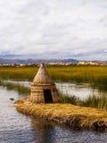 Примитивная камышовая хата в островах Перу Reed стоковая фотография rf