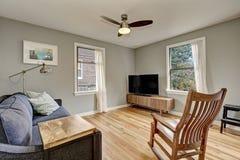 Примитивный интерьер живущей комнаты с светлыми паркетами Стоковые Фотографии RF