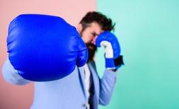 Принесенный для боя Перчатка бокса и запачканный бизнесмен в официальной носке Бой для успеха в спорте и деле лучей стоковые фотографии rf