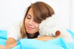 принесите игрушечный hugs девушки стоковые изображения rf