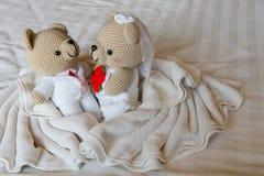 Принесите куклу в влюбленности, медведей с свадьбой, 2 плюшевого медвежонка игрушки на th Стоковые Изображения
