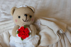 Принесите куклу в влюбленности, медведей с свадьбой, 2 плюшевого медвежонка игрушки на th Стоковые Фото