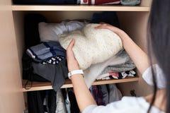 Принимает вне свитер шерстей с шкафом стоковое изображение rf
