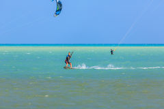 Приниманнсяый за людьми серфинг змея Стоковые Фото