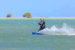 Приниманнсяый за людьми серфинг змея Стоковые Изображения