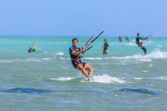 Приниманнсяый за людьми серфинг змея Стоковые Изображения RF