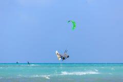Приниманнсяый за людьми серфинг змея Стоковые Фотографии RF
