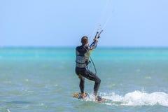 Приниманнсяый за людьми серфинг змея Стоковое Изображение RF