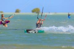 Приниманнсяый за людьми серфинг змея Стоковое Изображение