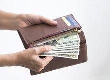 Принимать банкноту от бумажника Стоковое фото RF