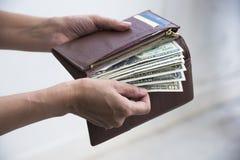 Принимать банкноту от бумажника Стоковая Фотография RF