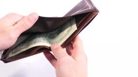 Принимать деньги из портмона Человек раскрывает кожаное портмоне и вытягивает вне долларовую банкноту сток-видео