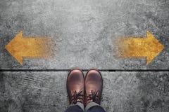Принимать концепцию решениея, взгляд сверху мужчины с острословием кожаных ботинок Стоковые Изображения