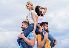 Принимать настоящее удовольствие Шаловливые пары в любов усмехаясь на облачном небе Любя пары имея развлечения на открытом воздух стоковые фото