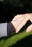 принимать руки бабушки младенца Стоковые Фото