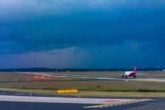 Принимать самолет на взлетно-посадочной дорожке стоковое фото rf