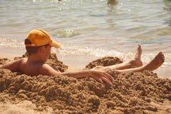 принимать солнца мальчика ванны стоковое изображение