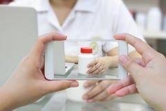Принимать фото бутылки медицины в фармации Стоковое Фото