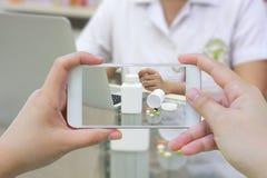 Принимать фото бутылки медицины в фармации Стоковые Фото
