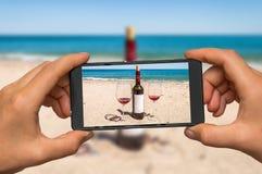 Принимать фото вина и стекел с мобильным телефоном Стоковое фото RF