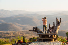 Принимать фото пейзажа на выгодная позиция стоковые изображения