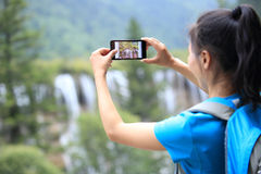 Принимать фото с сотовым телефоном Стоковое Изображение