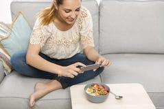Принимать фото foodie перед eatting стоковое фото