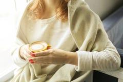 принимать человека принципиальной схемы кофе пролома Закройте вверх женских рук держа желтую чашку coffe капучино с пеной молока  Стоковые Фотографии RF