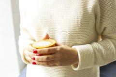 принимать человека принципиальной схемы кофе пролома Закройте вверх женских рук держа желтую чашку coffe капучино с пеной молока  Стоковое Изображение