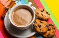 принимать человека принципиальной схемы кофе пролома Питье с кофеином или какао с молоком Кофе на красочной положительной предпос Стоковые Изображения