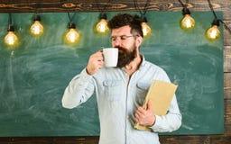 принимать человека принципиальной схемы кофе пролома Человек с бородой на спокойной стороне в классе Учитель в eyeglasses держит  Стоковые Фотографии RF
