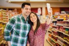 Принимать selfie на супермаркет Стоковое Фото