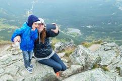 Принимать selfie! Счастливая мать и ребёнок делая автопортрет Стоковые Фото