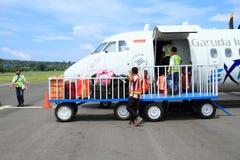 Принимающ багаж от самолета исследуйте на авиапорте стоковое изображение
