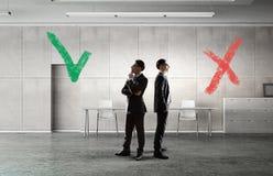 Принимающ решениее или выбирать сторону Мультимедиа Стоковые Изображения RF