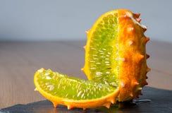 Приносит плоды дыня Kivano на деревянной предпосылке конец вверх стоковое фото rf